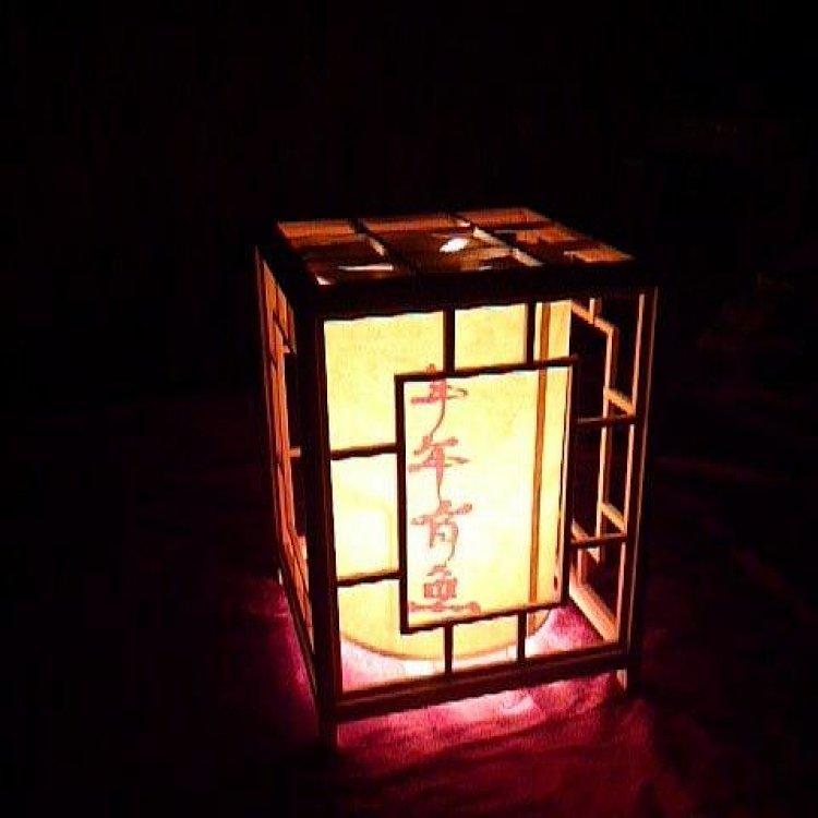 手工木制走马灯是我国传统的手工艺品,照片中的走马灯是按传统的制作