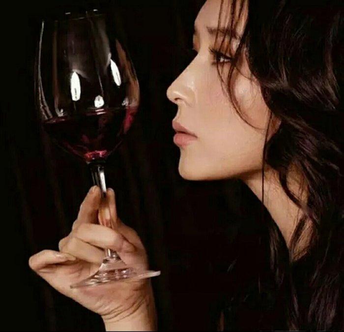 Kết quả hình ảnh cho hinh anh phu nu uống rượu